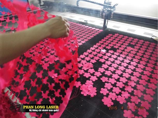 Cắt hoa văn trên vải, cắt vải laser, cắt vải thêu con giống, cắt vải laser ở đâu