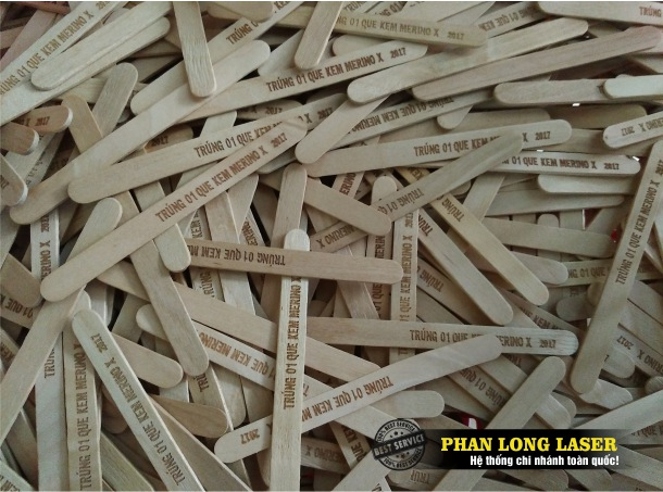 Địa chỉ khắc laser theo yêu cầu lên thân que kem gỗ, thân của que đè lưỡi bằng gỗ và bằng nhựa