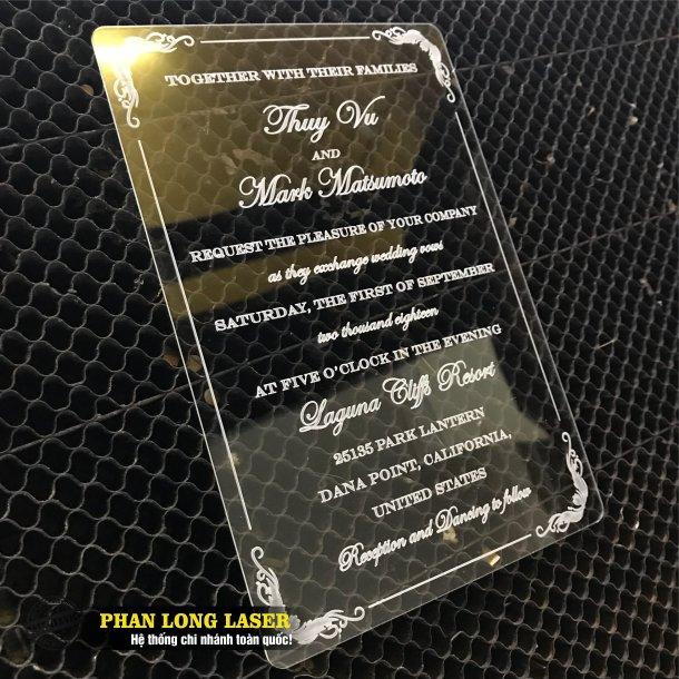Một sản phẩm thiệp cưới mica acrylic trong suốt được làm cho đám cưới Chú Rể Mỹ và Cô Dâu Việt